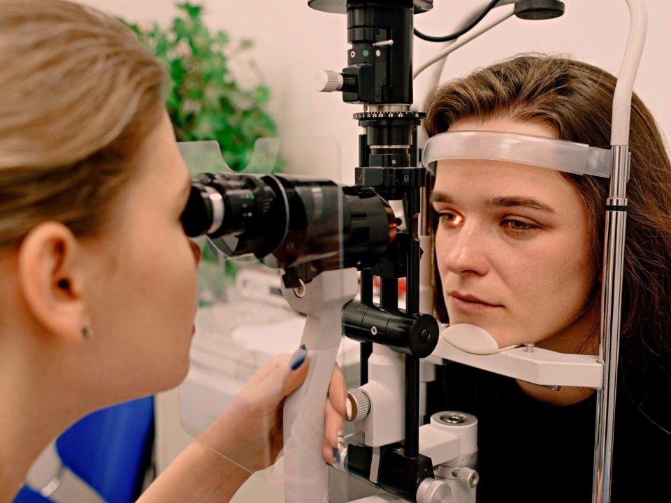 Okulistka bada wzrok pacjentki